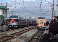 復活運転された特急あいづ号(右)=2001年12月8日、JR会津若松駅で