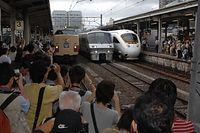 JR長崎駅に勢ぞろいしたかもめ号、左から国鉄色の485系、ハイパーサルーン車の783系、「白いかもめ」885系=2007年7月1日午後2時58分、JR長崎駅で、長沢幹城撮影