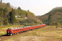 田園地帯を走る485系特急電車を使った臨時列車「新幹線リレー号」。東北新幹線が4月12日から福島までの運転を再開したのに合わせ、仙台と福島間で新幹線に接続する快速を運転した。特急形電車を中心に使用した