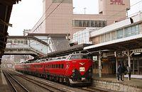 JR福島駅で新幹線からの乗り継ぎ客を待つ臨時列車「新幹線リレー号」。東北新幹線が4月12日から福島までの運転を再開したのに合わせ、仙台と福島間で新幹線に接続する快速を運転した。特急形電車を中心に使用し