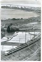 7月の開業を前に琵琶湖に沿った湖西線の高架を走る485系交直流特急電車の試運転列車。後方には1964年に開通した琵琶湖大橋が見える。485系は関西・中京と北陸を結ぶ特急「雷鳥」、「しらさぎ」で活躍した