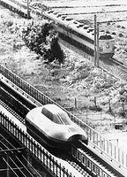 実験走行するリニアモーターカー実験車ML500が日豊線の485系特急「にちりん」と併走する。ML500は1979年12月に最高速度517キロを記録した=1979年8月14日、宮崎県日向市の国鉄宮崎リニ