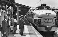 東北本線のL特急「ひばり」は、仙台-上野間を走り、東北から首都圏への足として親しまれてきた。東北新幹線大宮-盛岡間の暫定開業に伴い、新幹線列車「あおば」へ振り替えられ、一部削減された=1982年5月