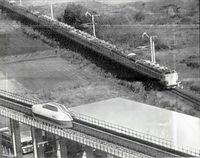初めて補助車輪を使わずに走行テストを行った国鉄のリニアモーターカーML500。この日の実験は8回行い、最高速度は200キロに達した。後方は日豊線の485系特急電車。ML500は時速500キロを目指して
