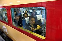 JR仙台駅を出発する国鉄型特急「485系」。乗客は車窓から手を振った=18日午前、仙台市青葉区、福留庸友撮影