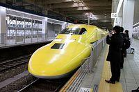 JR博多駅に到着した「ドクターイエロー」=2015年1月27日午前、福岡市博多区、川津陽一撮影