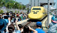 ドクターイエローを一目見ようと大勢の人が詰めかけていた=2014年7月26日午後、浜松市、福留庸友撮影