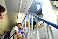 パンタグラフを点検する観測ドームに見入る見学者=2014年7月26日午後、浜松市、福留庸友撮影