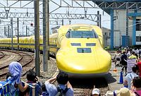 2012年の「新幹線なるほど発見デー」で浜松工場で展示されたドクターイエロー=JR東海提供