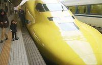 走行試験中に停車した新型の新幹線検査車両「ドクターイエロー」=2001年2月2日、JR名古屋駅・新幹線乗り場で