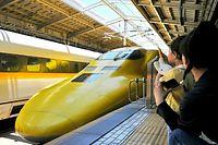 JR新大阪駅に止まるドクターイエロー=2010年6月24日