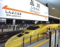 東海道新幹線の品川駅で行われたドクターイエローによる入線試験。新たに敷設された線路に初めて新幹線車両が走った=2003年9月11日午前2時すぎ、東京都港区で