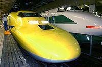 新型の「ドクターイエロー」が完成し、走行試験が始まった=2001年9月3日午後、JR東京駅で