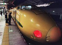 東京駅を出発するJR東日本の「ドクターイエロー」。来年秋、「こまち」型車両に生まれ変わる=2000年2月26日