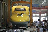 車両精密検査のために行われるドクターイエローの車体つり上げが公開された=2015年7月25日、浜松市中区のJR東海浜松工場、安冨良弘撮影
