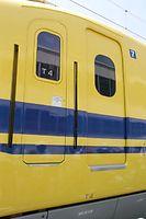 運転席ドアにT4編成ドクターイエローであることを示す「T4」の文字が見える=2015年7月25日、浜松市中区のJR東海浜松工場、安冨良弘撮影