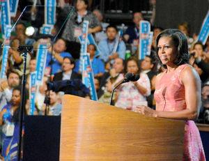 写真:4日、米民主党大会で演説するミシェル夫人=米ノースカロライナ州シャーロット、中井大助撮影
