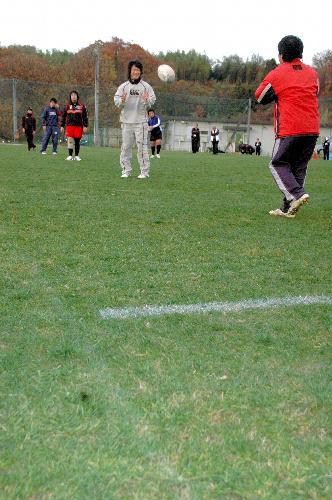 写真:天然芝のグラウンドで練習するラグビー部員=角田市の仙台大第2グラウンド