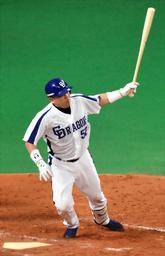 写真:4回裏中日2死一、二塁、小田は左中間に2点適時二塁打を放つ=恵原弘太郎撮影