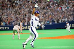 写真:9回裏中日1死、一、二塁、サヨナラ打を放った和田=長島一浩撮影