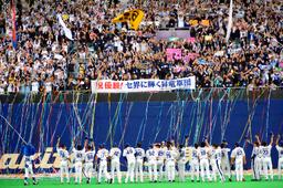 写真:日本シリーズ進出が決まり喜ぶファンと中日の選手たち=23日、名古屋市東区のナゴヤドーム福留庸友撮影