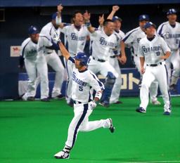 写真:サヨナラ打を放った和田(手前)とベンチを飛び出して喜ぶ中日の選手たち=加藤丈朗撮影