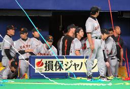 写真:サヨナラ負けで日本シリーズ進出を逃し、ベンチで悔しがる巨人の選手たち=長島一浩撮影