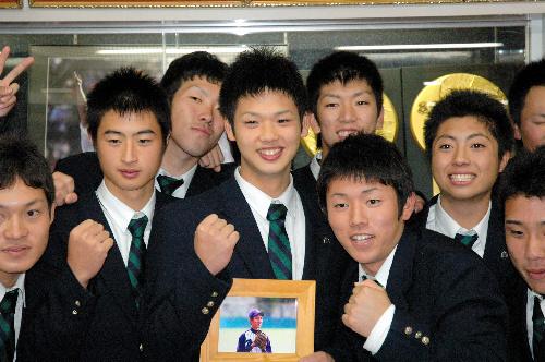 写真:チームメートと記念撮影をする谷口雄也君(中央)=春日井市熊野町