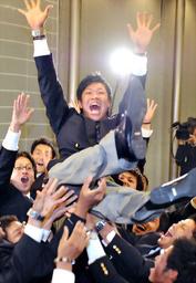 写真:中日の1位指名が決まり仲間に胴上げされる佛教大の大野雄大選手=高橋一徳撮影