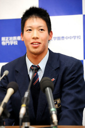 写真:ヤクルトから1位指名され会見する履正社高の山田哲人選手=筋野健太撮影
