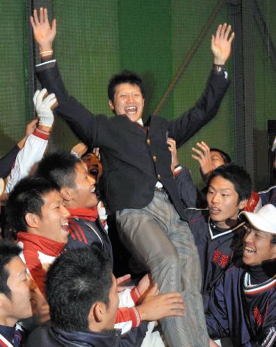 写真:室内練習場でチームメートに胴上げされる西川選手=和歌山市冬野