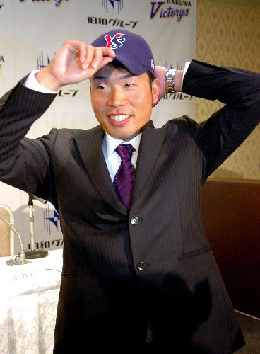 写真:2位指名を受けたヤクルトの帽子をかぶる七條祐樹投手=東広島市西条下見6丁目