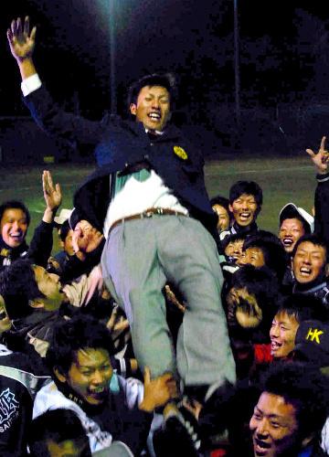 写真:チームメートに胴上げされる柳田悠岐選手=広島市安佐南区
