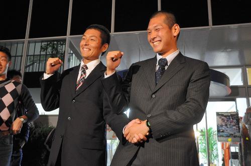 写真:指名を受けてガッツポーズをするつる岡賢二郎捕手(右)と岸敬祐投手=28日、松山市内