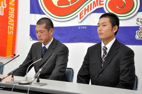 写真:ドラフト会議後に会見するつる岡賢次郎捕手(左)と岸敬祐投手=28日、松山市内