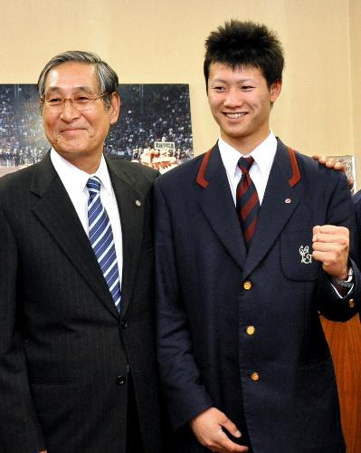 写真:西川遥輝選手(右)の肩を抱く日本ハムの当銀秀崇スカウト=和歌山市冬野