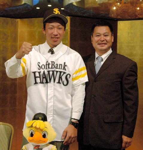 写真:入団の仮契約を終えて、ソフトバンクのユニホームに袖を通した星野選手(左)と、若井基安スカウト=岡山市北区駅元町の全日空ホテル
