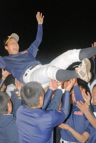 写真:阪神から4位で指名され、チームメートに胴上げされる南陽工業高・岩本輝投手=周南市の南陽工業高