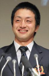 写真:巨人に1位指名され、涙を流して笑顔を見せる中大の沢村拓一投手=28日、東京都八王子市、西畑志朗撮影