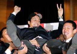 写真:巨人に1位指名され、チームメートに胴上げされる中大・沢村拓一投手=西畑志朗撮影