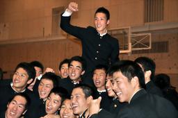 写真:オリックスから1位指名を受け、同級生らに祝福される後藤駿太選手=前橋市の前橋商高