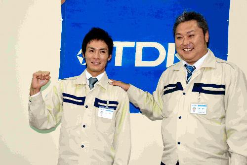 写真:横浜から指名を受け、佐藤康典監督と喜ぶ大原慎司投手(左)=にかほ市のTDK平沢工場