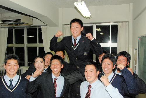 写真:教室で野球部員らと一緒に2位指名を喜ぶ三ツ俣大樹選手=葛飾区青戸8丁目の修徳高校