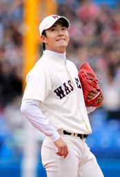 写真:1回表慶大無死、渕上に先頭打者本塁打を浴び、唇をかむ早大・斎藤=細川卓撮影