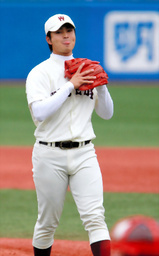 写真:8回表慶大2死三塁、長崎に四球を出し舌を出す早大・大石=細川卓撮影