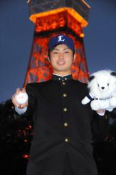 写真:東京タワーを背に写真撮影に応じた大石
