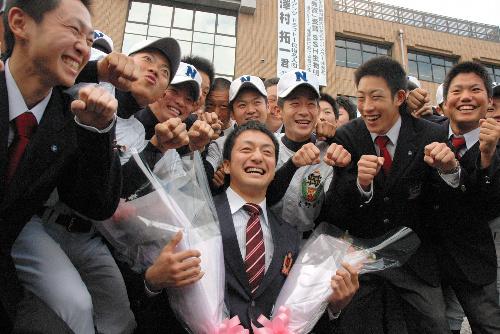 写真:母校で野球部の後輩に囲まれ、笑顔を見せる沢村拓一投手(中央)=佐野市石塚町の佐野日大高校