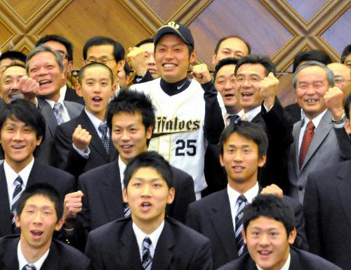 写真:激励会で東海大の野球部関係者や後輩たちに囲まれる佐藤達也投手(中央)=札幌市