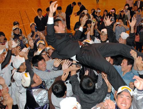 写真:野球部のチームメートらに胴上げされて喜ぶ川崎貴弘投手=県立津東高校