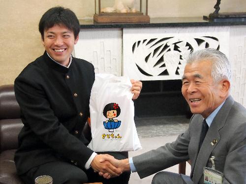 写真:伊藤隼太選手(左)に「せとちゃんグッズ」を手渡し、市のPRを頼む増岡錦也・愛知県瀬戸市長=瀬戸市役所